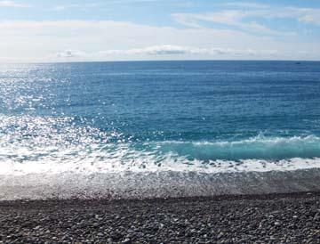 波はけっこう足下まできました!